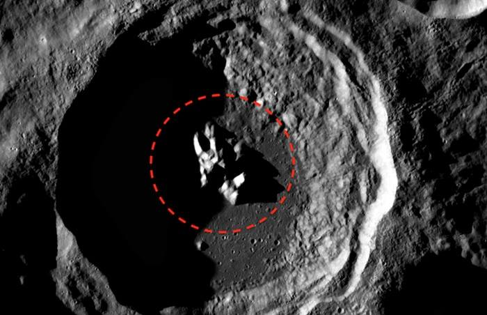 Strano oggetto sulla luna