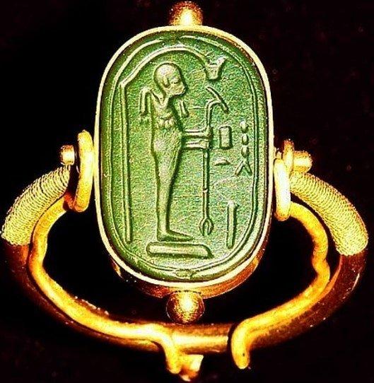 "Alien ring"" found in Tutankhamun's tomb"